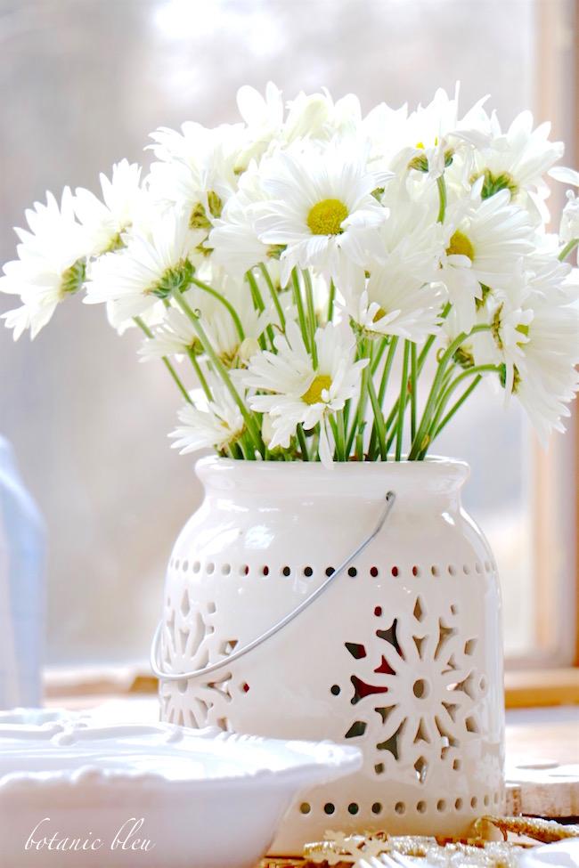 snowflake-lantern-white-daisies-centerpiece