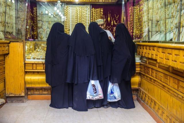 ارتفاع أسعار الذهب ( أسعار البيع والشراء بالريال اليمني في السوق المحلية اليوم الإثنين2018/1/1)