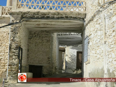 Los Tinaos son voladizos que cubren las entradas de las Casas Alpujareñas