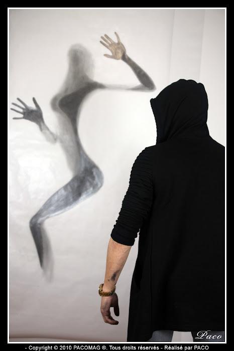 femme derrière une vitre opaque