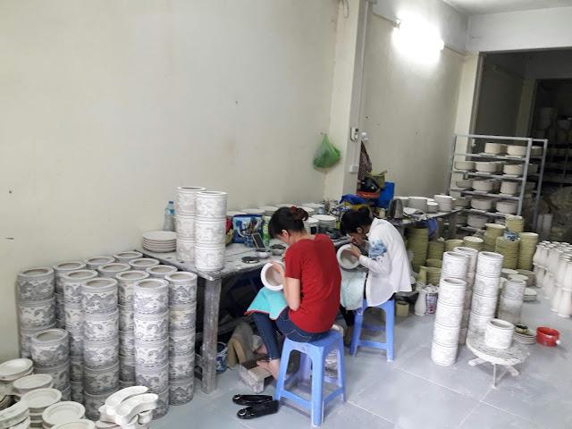 Một số sản phẩm được trưng bày tại cửa hàng của Gốm sứ Bát Tràng News