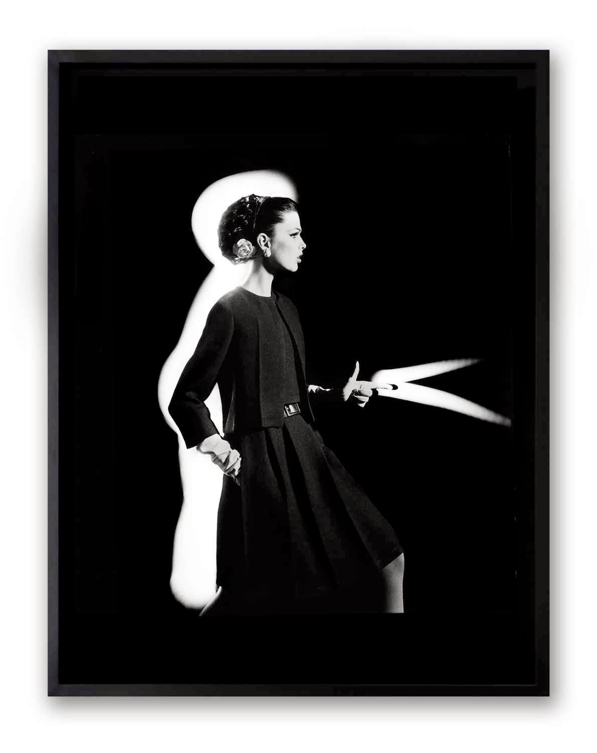 William Klein, Dorothy shooting light from hip, Paris, 1962