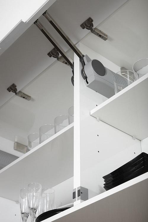 Cocinas Lleida: sistema de freno para puertas con abertura vertical