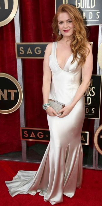 Isla Fisher in a cream Oscar de la Renta dress at the SAG Awards 2014