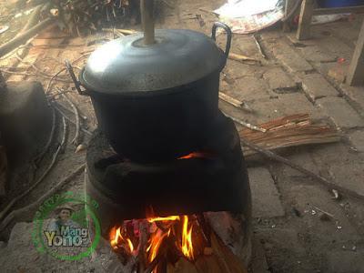 FOTO 4 : Masak nasi dengan panci kukus/langseng