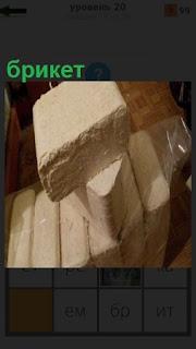 Несколько прессованных брикетов упакованы  в целлофан для удобства