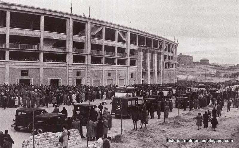 Fachada de la avenida de Concha Espina durante el encuentro entre Real  Madrid y Atlético de Madrid (finalizó con empate a uno). Febrero 1948. 2c15ee4e8d2ee