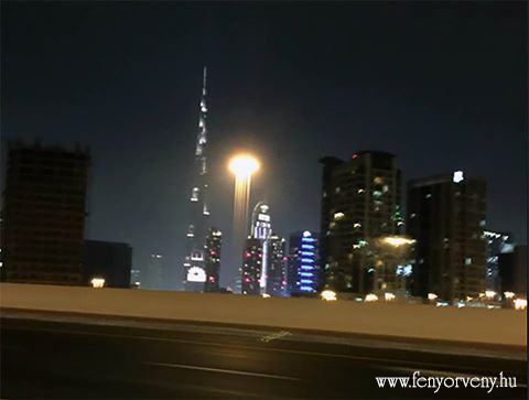 Fényhajó Dubai egén
