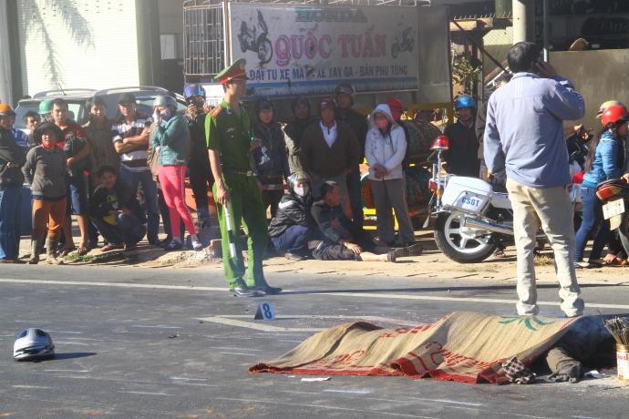 Gia Lai: Bị xe khách tông, 3 thanh niên không đội MBH tử nạn