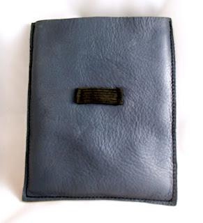Vue verso d'un étui en cuir pour disque dur portable