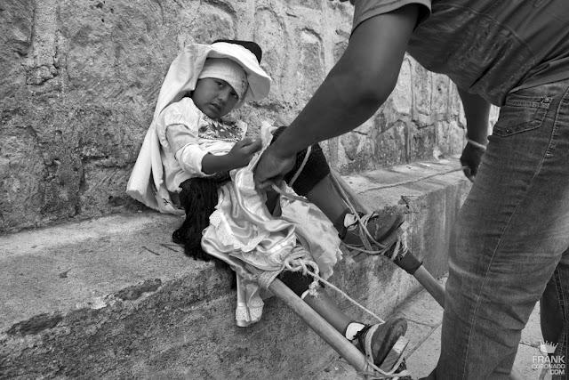 niño con zancos