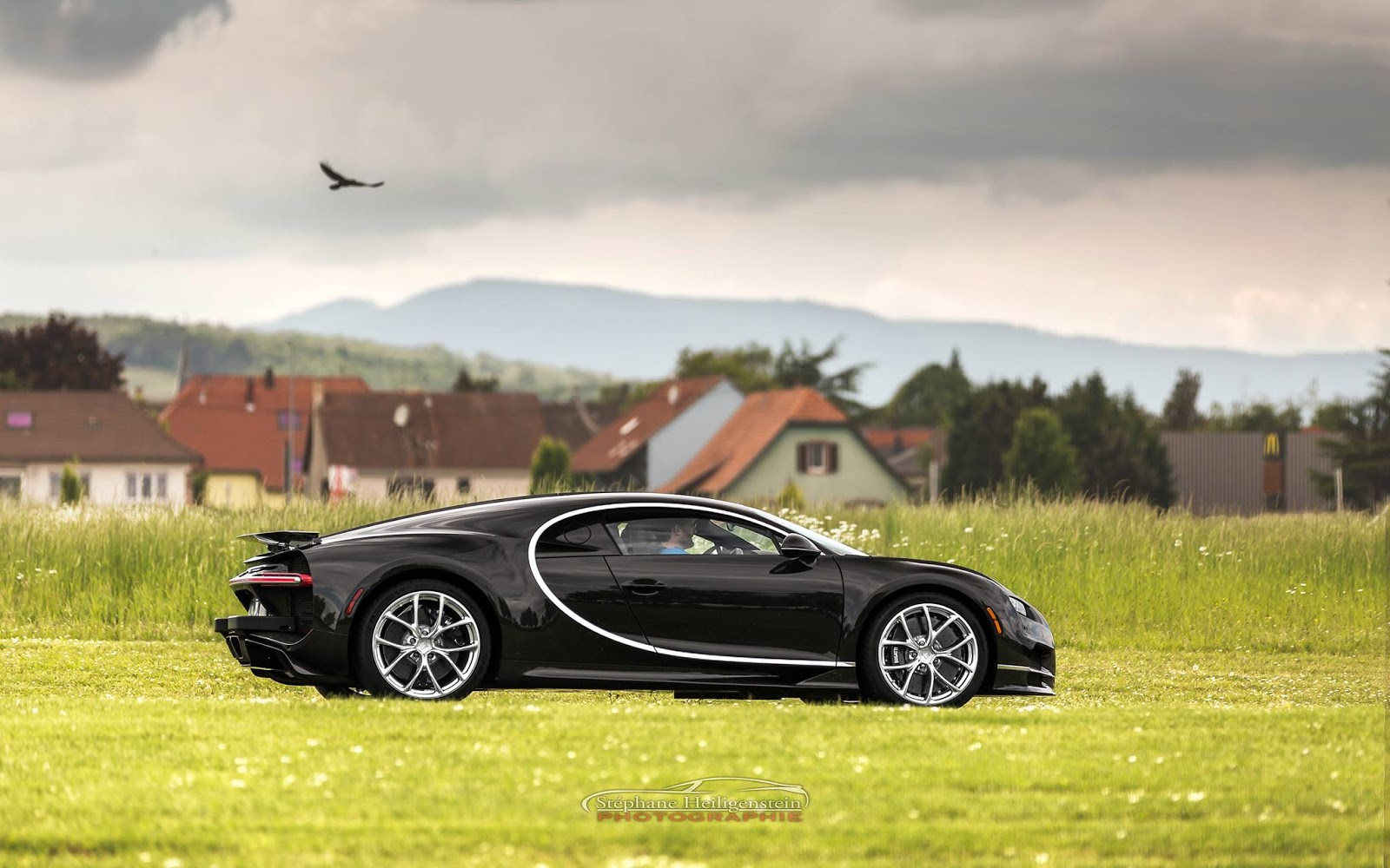 Một chiếc Bugatti Chiron đang chạy thử xung quanh nhà máy