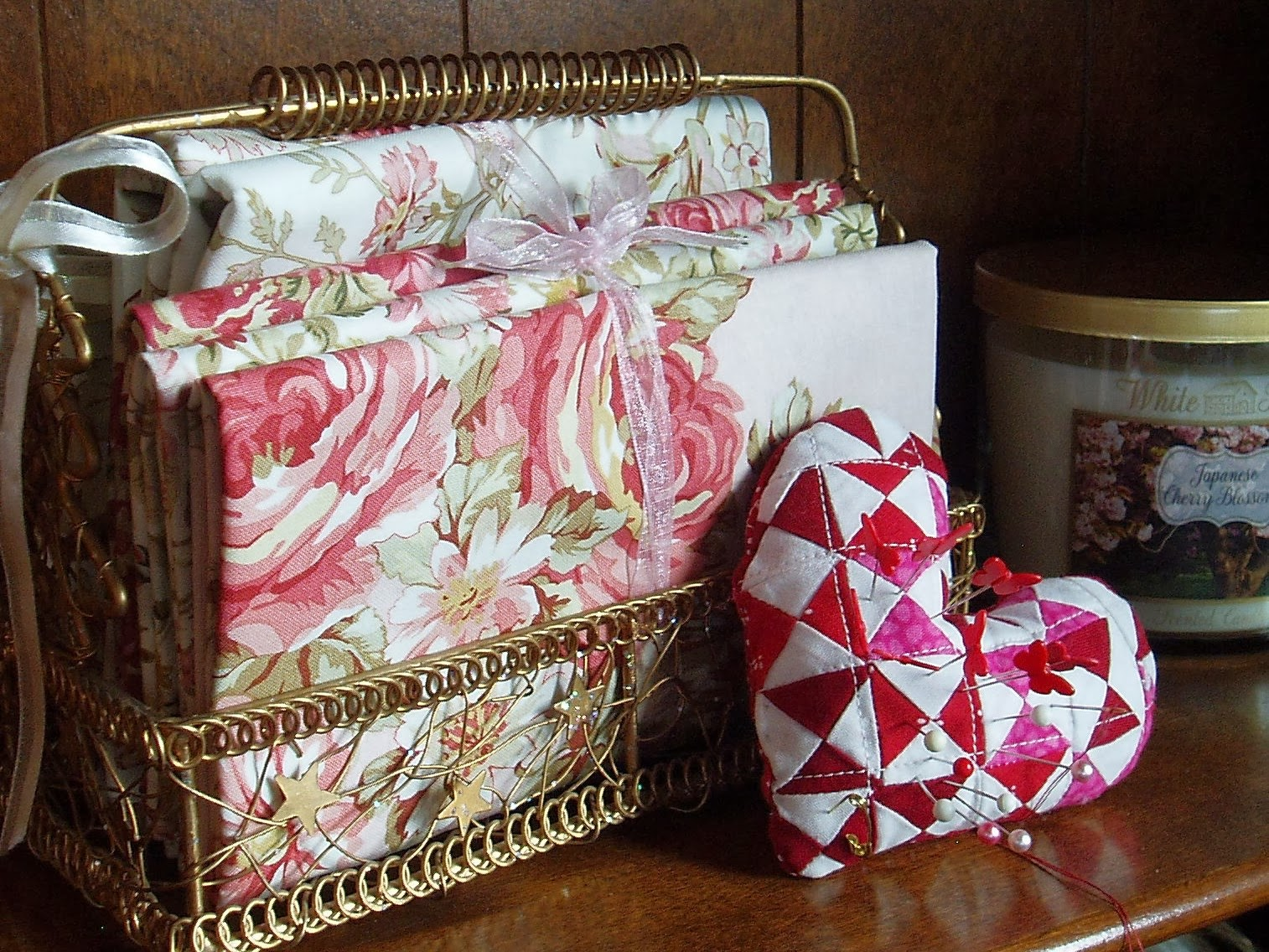http://sunshineintheattic.blogspot.com/2014/02/valentine-heart-pin-cushion-tutorial-or.html
