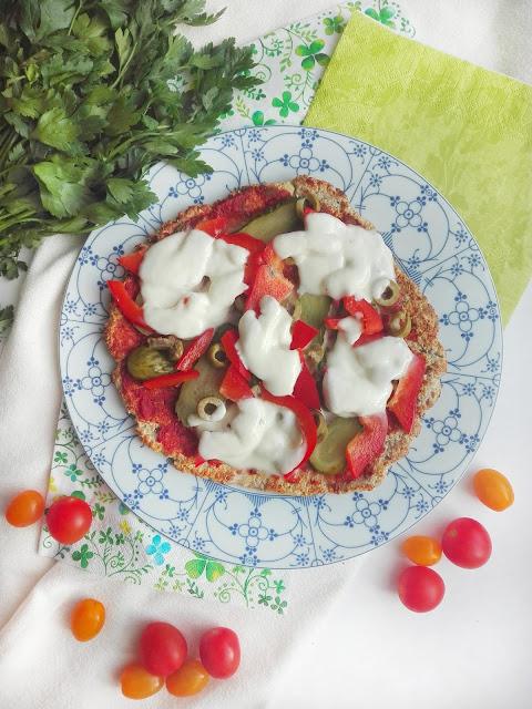 Zdrowa pizza z patelni na spodzie z twarogu gotowa w kilka minut.