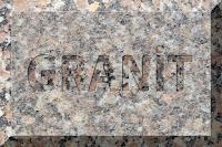 Üzerinde granit yazılı açık pembe renkli granit taş levha