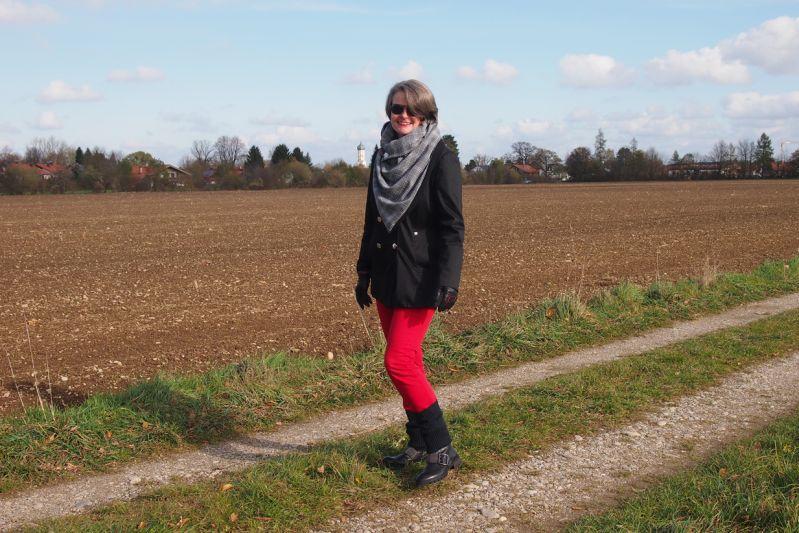 Rot-schwarzes Herbstoutfit mit großem Glencheck-Karo-Schal
