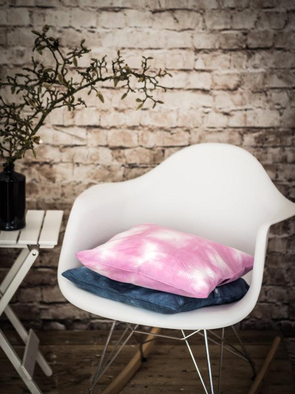 Upcycling DIY: Aus einem alten Herrenhemd wird ein cooles Shibori-Kissen