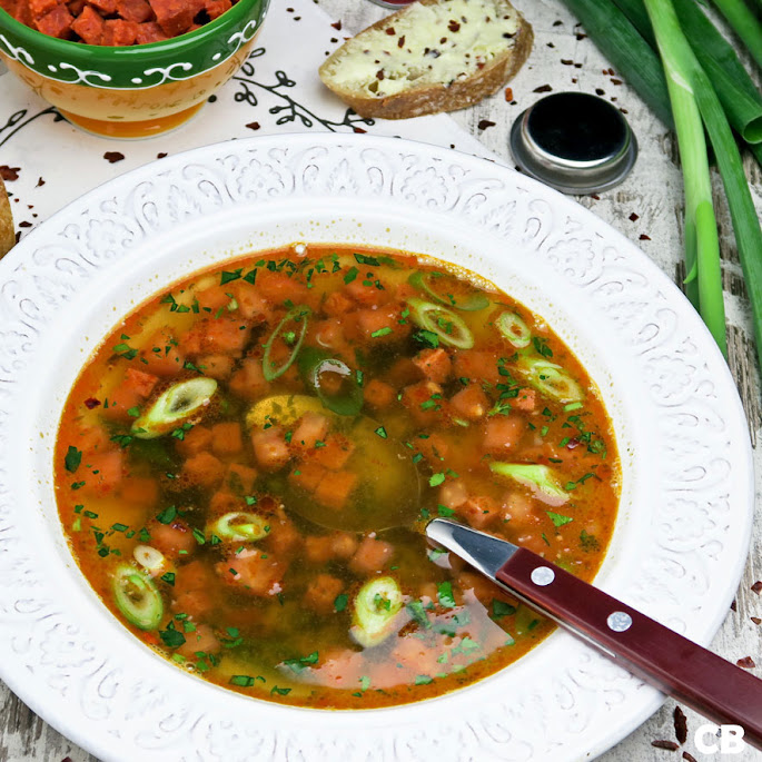 Spaanse sherrybouillon met chorizo en tomaat