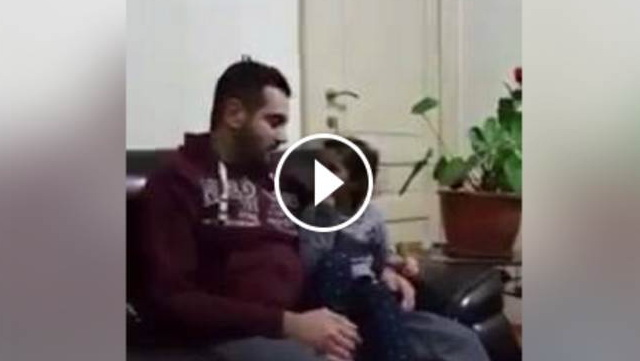 VIDEO: Meski Masih Kecil, Bocah Lucu Ini Bantu Bimbing Ayahnya Menghafal Al Qur'an