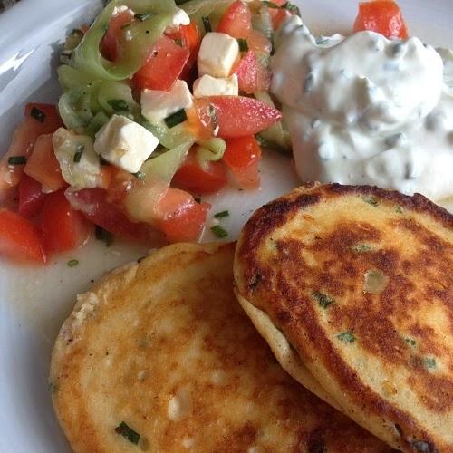 greenway36 fluffige ricotta pancakes mit kr uterquark und tomaten gurken feta salat. Black Bedroom Furniture Sets. Home Design Ideas