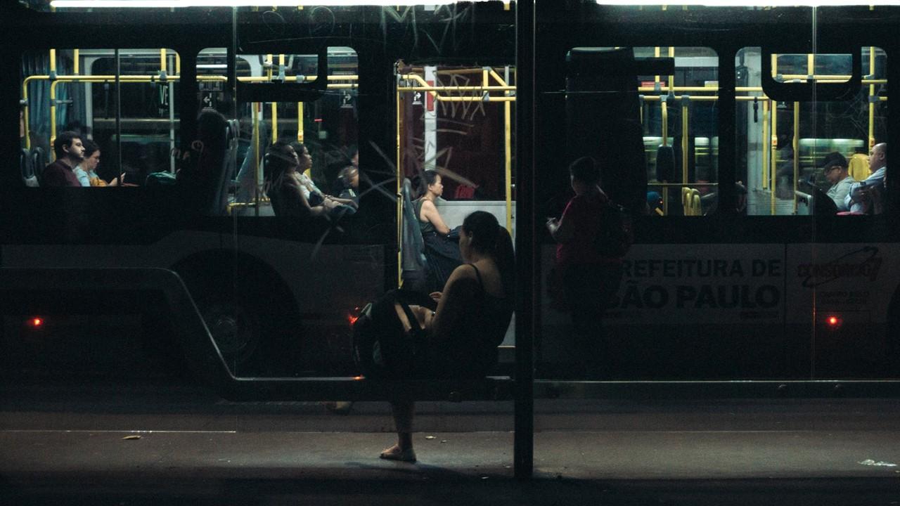 Mujer esperando el camión