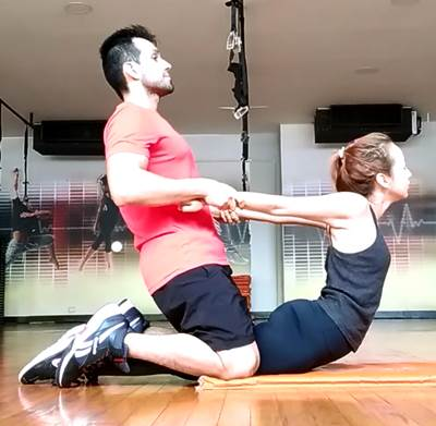 Ejercicio para estirar la zona core anterior abdominal al máximo en mujeres