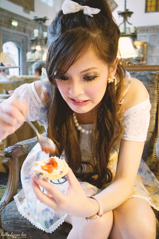 eating cake, eating scones