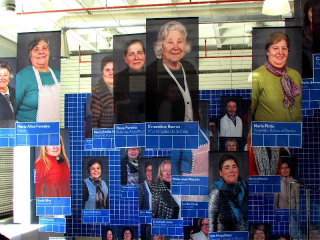 Fotos dos vendedores espostas na entrada do Mercado Temporário do Bolhão