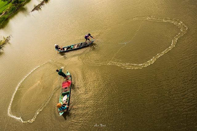 Quăng chài trên dòng sông Tha La