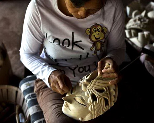 Travel.Tinuku.com Bobung village, watching the residents carve wooden batik masks in scene or learn woodcraft