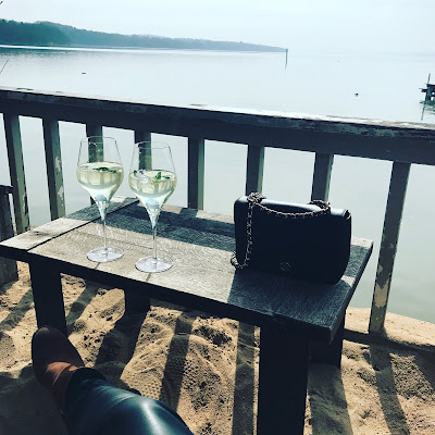 Fischer, Ammersee, Strandbar, table, 2 glasses of wine, sitting, front row lake Ammersee, handbag
