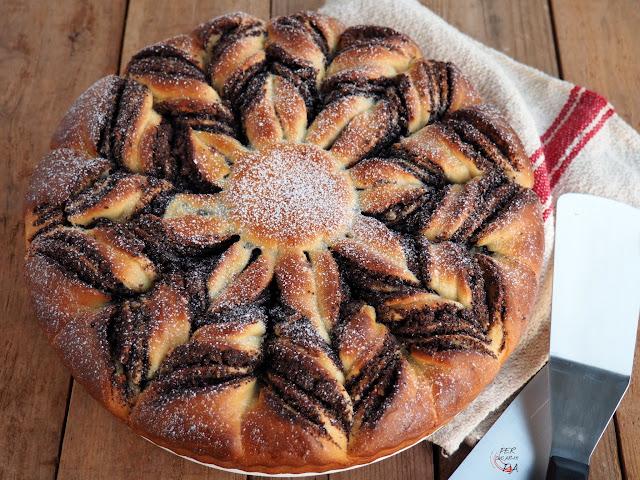 Makowiec, un pan dulce con relleno de semillas de amapola, almendras, pasas, naranja confitada y claras montadas. Un clásico polaco de Navidad, Semana Santa y cualquier celebración especial.