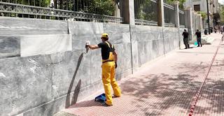 Η Αθήνα καθαρίζει από τα παράνομα γκράφιτι και τις μουτζούρες της