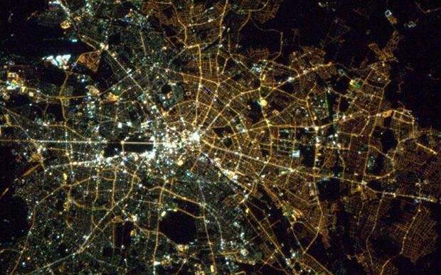 Berlim vista do espaço à noite: o muro caiu, mas décadas depois a cidade continua dividida