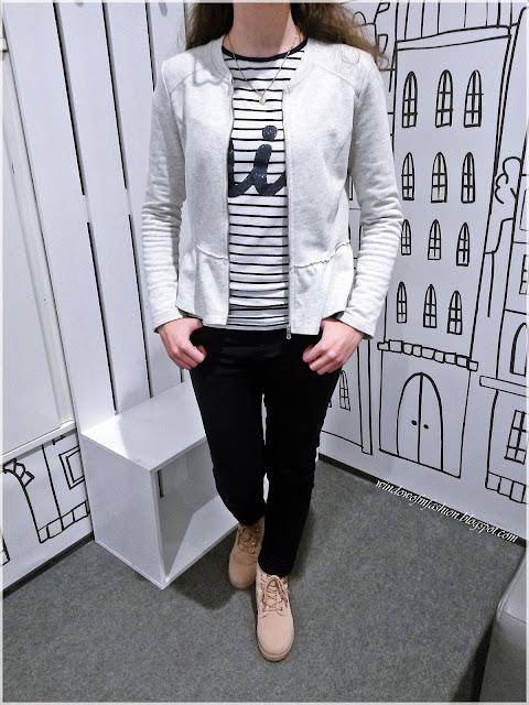 Szara marynarka z baskinką, bluzka w paski, granatowe jeansy, jasnoróżowe trapery