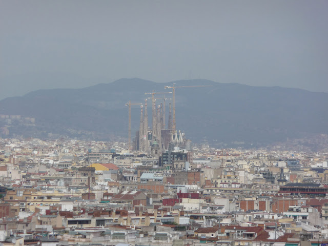 Панорама Барселоны. В центре - Храм Саграда Фамилия попроекту Антонио Гауди