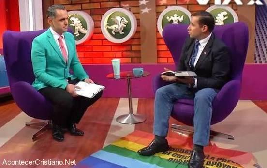 Pastor Javier Soto pisando bandera gay