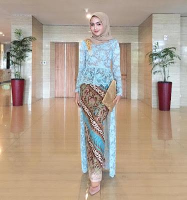 Inspirasi Kebaya modern Brokat Biru dengan Rok batik