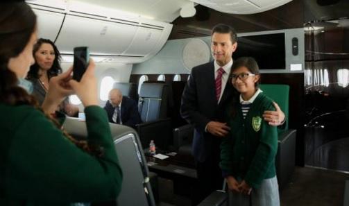 Enrique Peña Nieto con estudiante