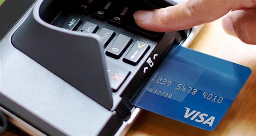 Yποχρεωτική χρήση χρεωστικών καρτών για συναλλαγές άνω των 100 ευρώ!