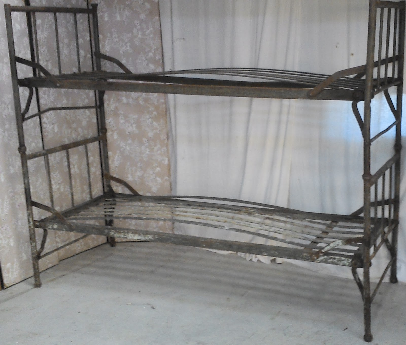 ancien lit militaire fer superposable kaki m tal loft atelier prison. Black Bedroom Furniture Sets. Home Design Ideas