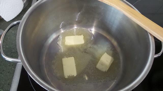Mantequilla en una cacerola