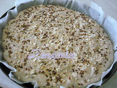 Domaći kruh sa sjemenkama diže se u posudi za pečenje