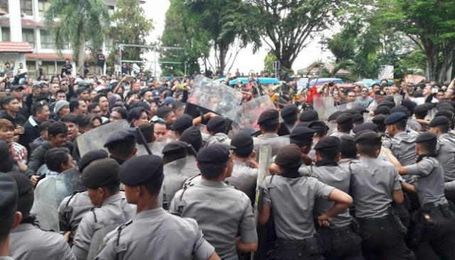 Parah, Fahri Hamzah Ditolak Masuk ke Manado, Massa Rusak Fasilitas Bandara Sam Ratulangi