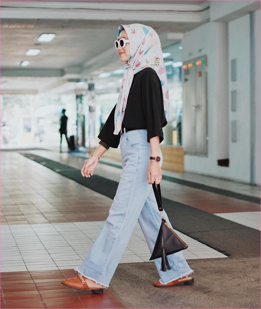 Outfit Kerudung Segiempat Ala Selebgram 2018 kerudung segiempat hijab square scarf bermotif daun baju top blouse hitam celana jeans denim sobek slingbags loafers and slip ons coklat kacamata jam tangan emas ootd trendy