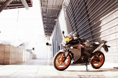 Yamaha R15 Berat Menghadapi Honda K45 - Suka Roda Dua