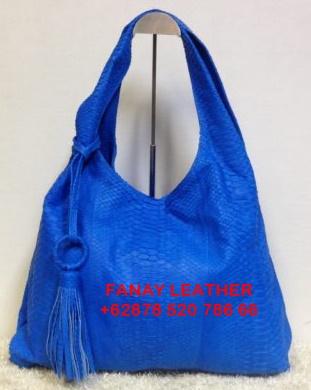 Mengapa mayoritas pecinta fashion tas memilih tas berbahan kulit asli  Ada  beberapa faktor utama dalam memilih tas kulit asli f4a33b088d