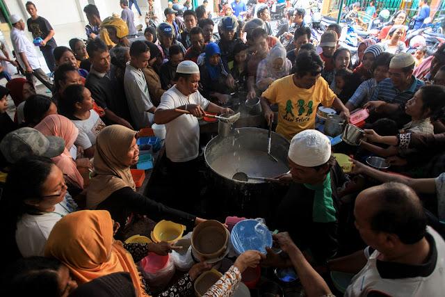 Tradisi Bubur Samin Gratis di Masjid Darussalam Masih Berlangsung
