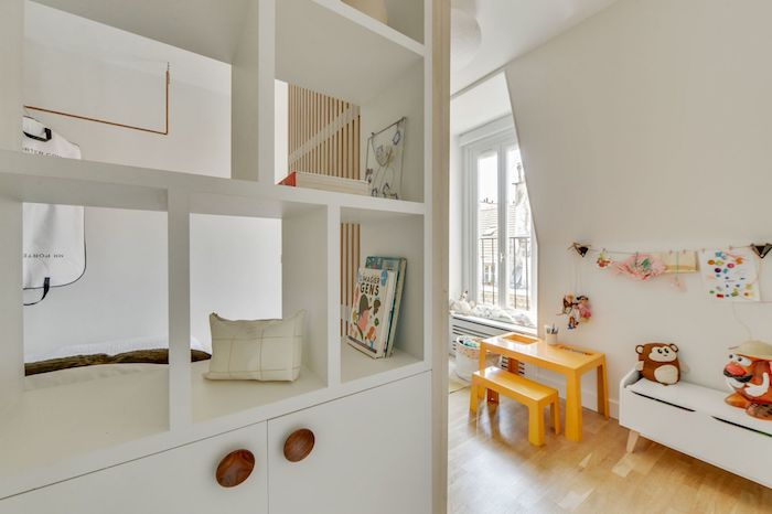 Dormitorio doble e infantil comunicado gracias a una puerta-panel corredero con listones de madera