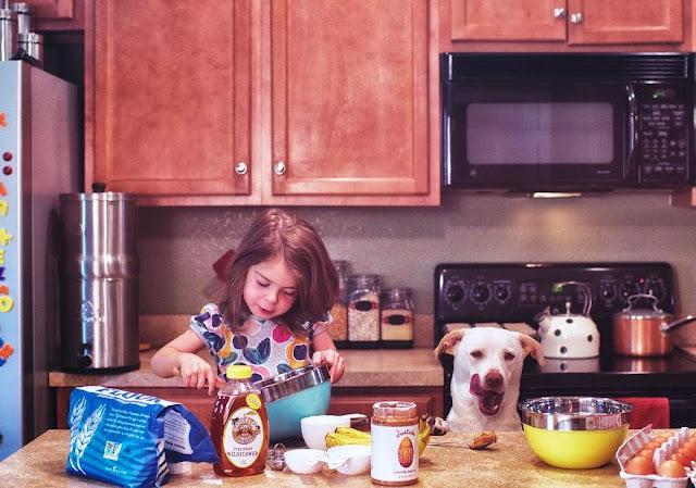 Tình bạn gắn bó giữa bé gái và chó cưng